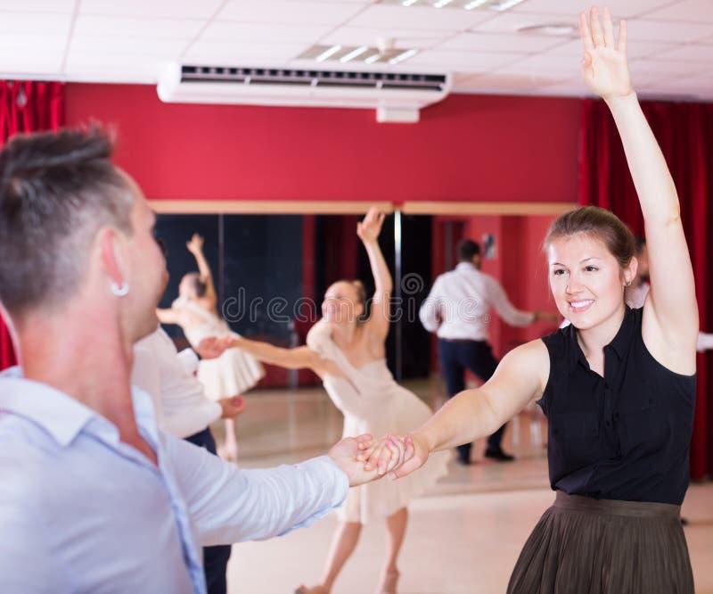 Tanzende Paare, die Lateintänze genießen lizenzfreie stockfotos