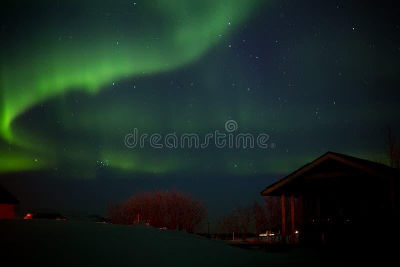 Tanzende Polarlichter, Bungalow der Vordergrund lizenzfreie stockbilder