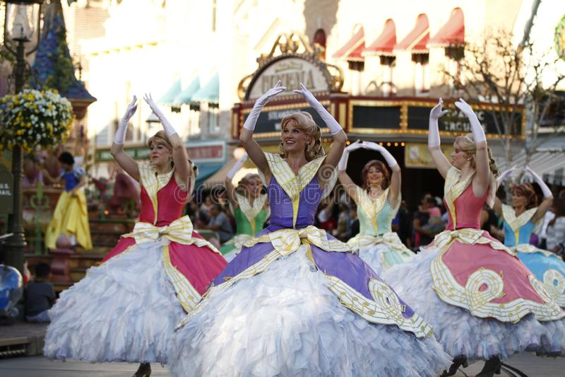 Tanzende Prinzessinnen in Disneyland-Parade stockbild
