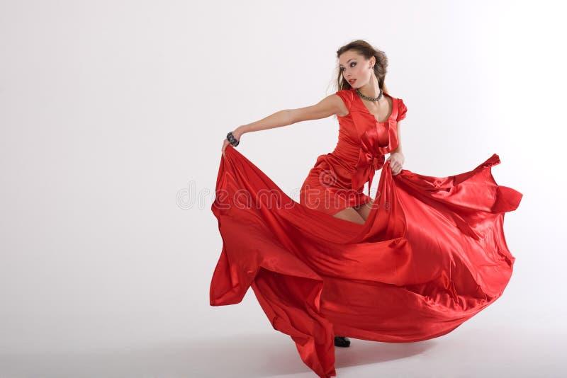 Tanzende reizvolle Dame im Rot lizenzfreie stockfotografie