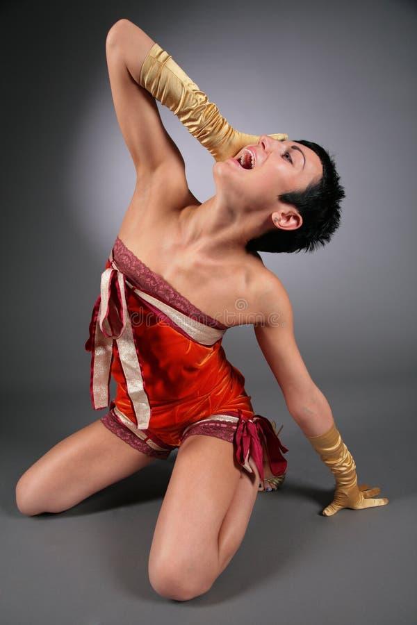 Tanzende schreiende Frau in der Ekstase stockbild