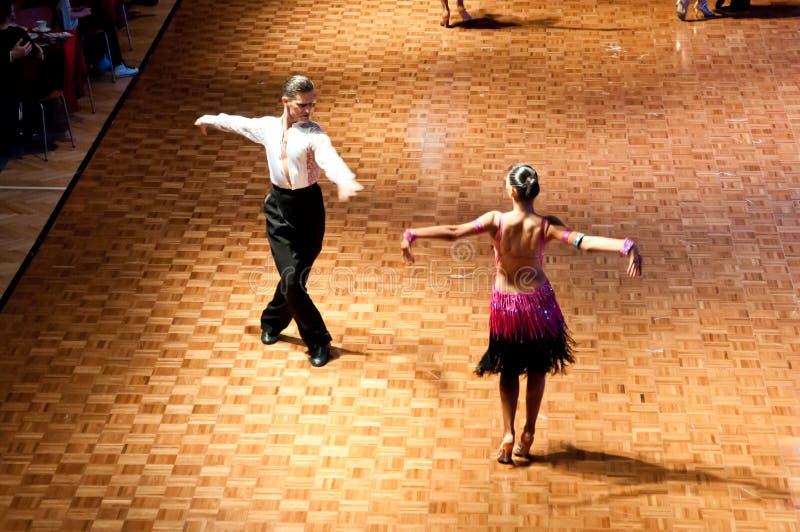 Tanzender lateinischer Tanz der Paare stockbilder