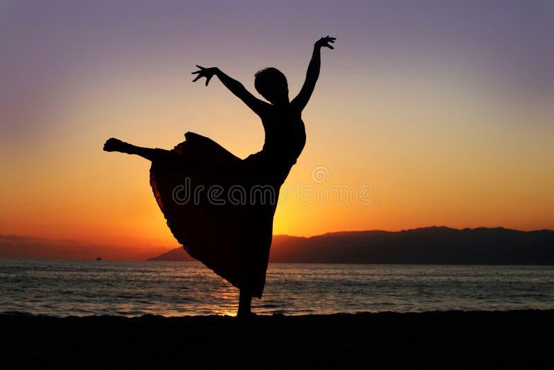 Tanzenfrau am Sonnenuntergang stockfotografie