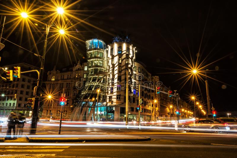 Tanzenhaus mit Verkehr in Prag stockbild