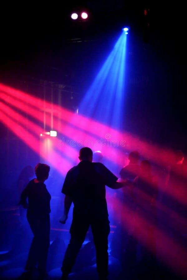 Tanzenleute in einem Untertageklumpen stockbild