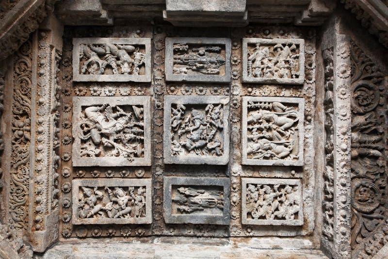 Tanzenleute und Ganesh mit Shiva Lord Carvings auf Steindecke des des 12. Jahrhundertstempels Hoysaleswara, Indien stockbild