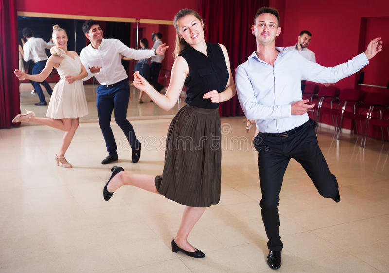 Tanzenpaare, die aktiven Tanz genießen stockfotos