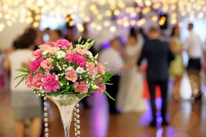 Tanzenpaare w?hrend der Partei- oder Hochzeitsfeier lizenzfreie stockbilder