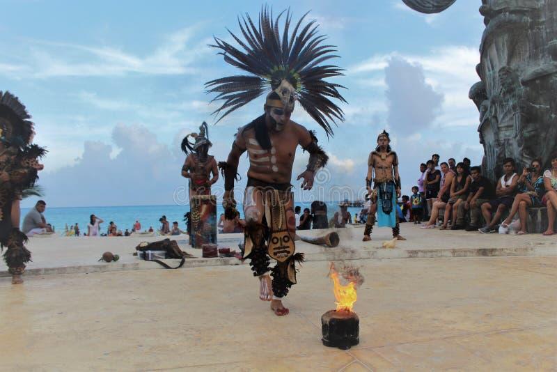 Tanzenperson, die die prehispanic Kultur darstellt stockbild