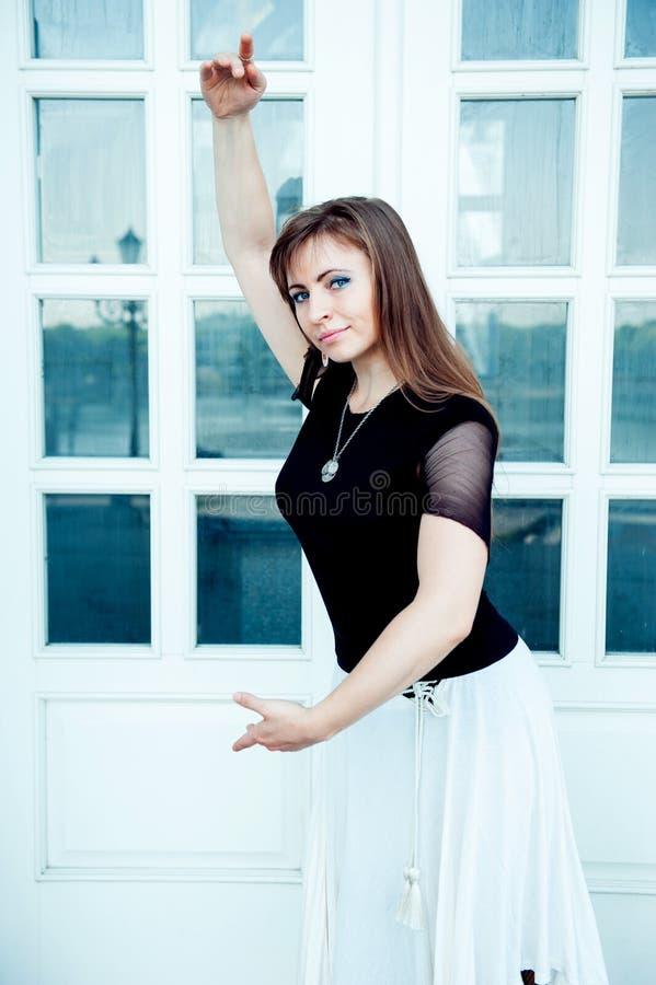 Tanzposition der modernen Frau stockbild