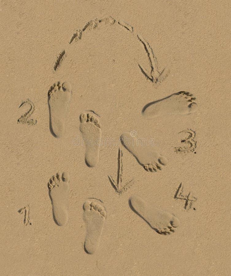 Tanzschritte im Sand lizenzfreie stockbilder