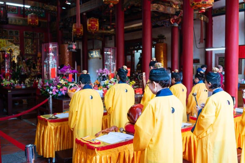 Taoistmunkfolk som ber i den Kaihua templet i Changhua Taiwan fotografering för bildbyråer