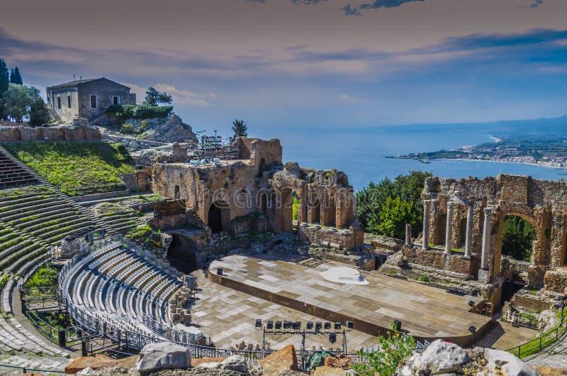 taormina和地中海后面剧院的全景  免版税图库摄影