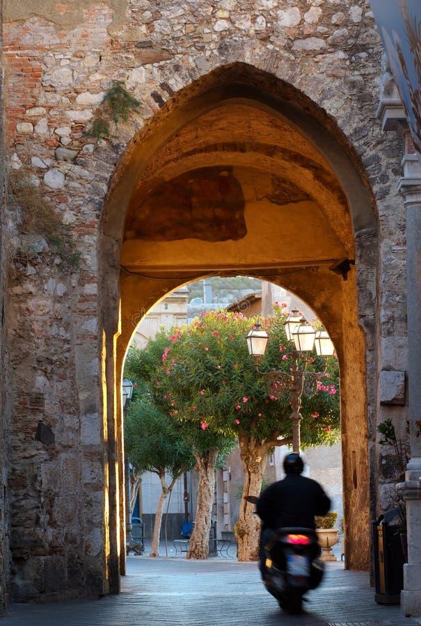 taormina Сицилии motorcyclist свода стоковые фотографии rf