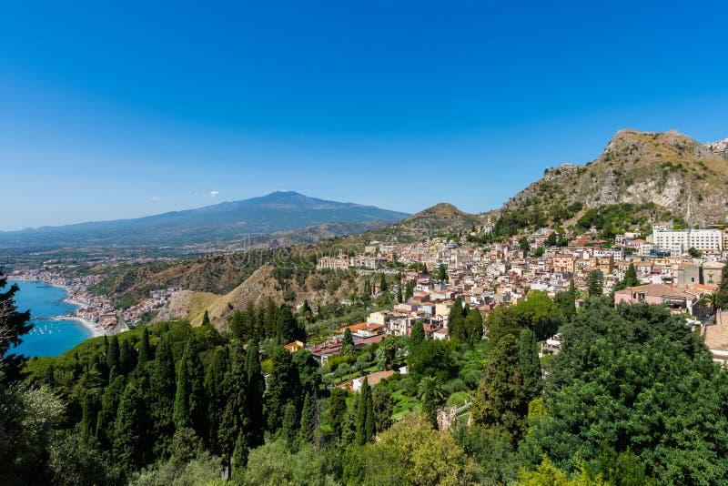 Taormina avec le volcan de l'Etna à l'arrière-plan images libres de droits