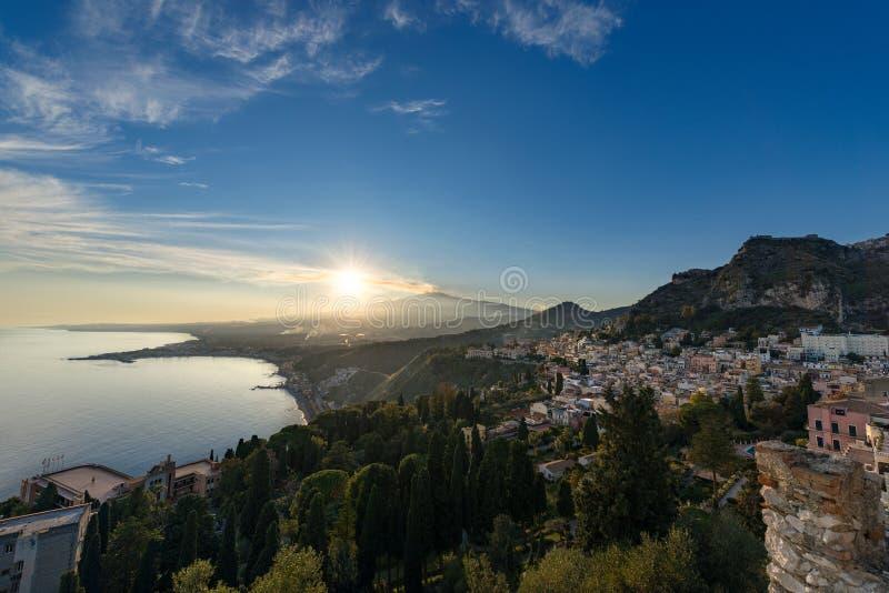Taormina e supporto Etna Volcano - Sicilia Italia fotografia stock libera da diritti