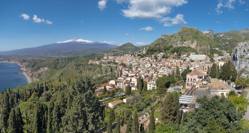 Taormina et Mt Volcan de l'Etna dans le bacground - Sicile image stock