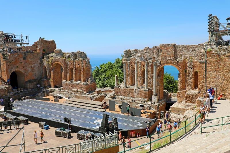 TAORMINA, ITÁLIA - 20 DE JUNHO DE 2019: Ruínas do teatro do grego clássico em Taormina, Sicília foto de stock royalty free