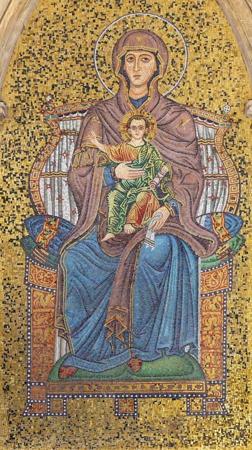 TAORMINA, ITALIË - APRIL 9, 2018: Het externe mozaïek van Madonna onder Torre-dell 'Orologio Porta Di Mezzo toren royalty-vrije stock fotografie