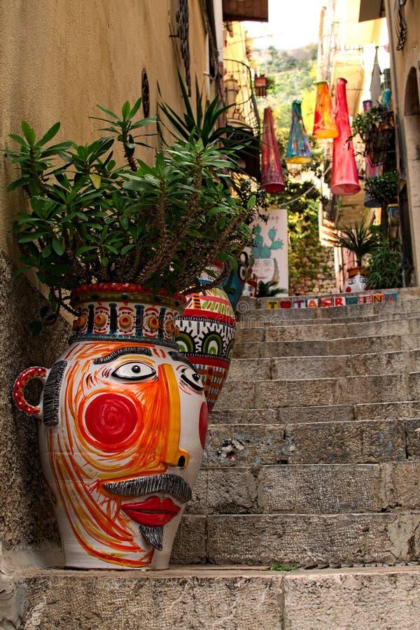 TAORMINA, ITALIA 4 gennaio 2017: Uno stretto unicamente decorato fotografia stock