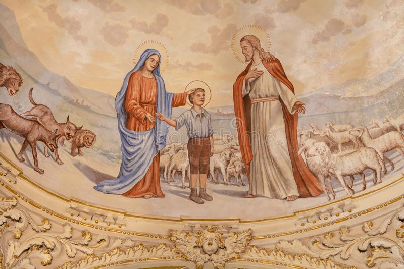 TAORMINA, ITALIEN - APRIL 9, 2018: Den symboliska fresco av pojken St Don Bosco med Jungfru Mary och Jesus arkivfoton