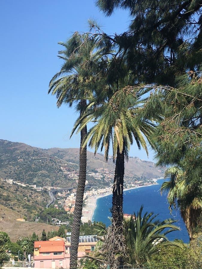 Taormina kust- sikt i Sicilien royaltyfri bild