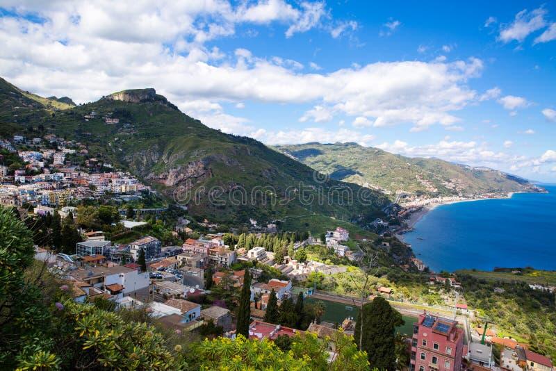 Taormina kustpanorama, ljus bl? medelhav Sicilien ?, Italien royaltyfri bild