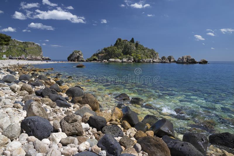 Taormina - La splendida piccola isola Isola Bella e la spiaggia con le pietre delle zecche fotografie stock libere da diritti