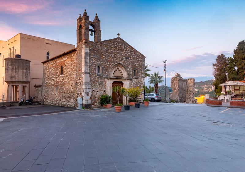 Taormina La vecchia chiesa di pietra di St Anthony all'alba immagini stock libere da diritti