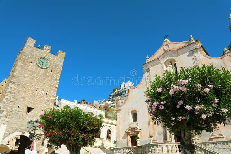 Taormina by med kyrkan för klockatorn och San Giuseppe i Sicilien, Italien arkivfoton