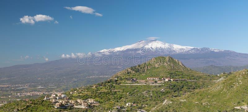 Taormina - Mt Etna wulkan nad Sycylijskim krajobrazem zdjęcia royalty free