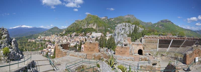 Taormina - o teatro grego com o Mt Vulcão de Etna e a cidade foto de stock