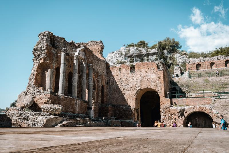 TAORMINA, SICÍLIA/ITÁLIA - 1º DE OUTUBRO DE 2018: Igreja de St Augustine no quadrado de cidade de Taormina fotografia de stock royalty free