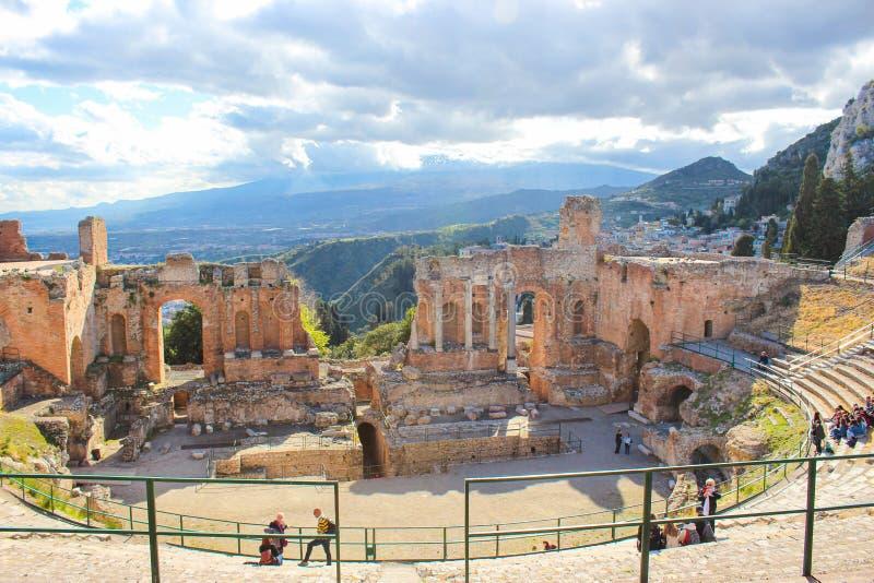 Taormina, Sicília, Itália - 8 de abril de 2019: Teatro antigo bonito de Taormina Teatro do grego clássico, ruínas de significativ imagem de stock royalty free