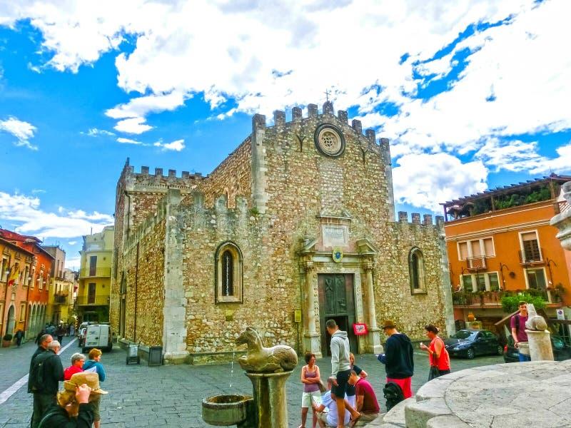 Taormina, Sicília, Itália - 5 de maio de 2014: Os povos aproximam o domo Catherdal na cidade de Taormina em Sicília imagens de stock royalty free