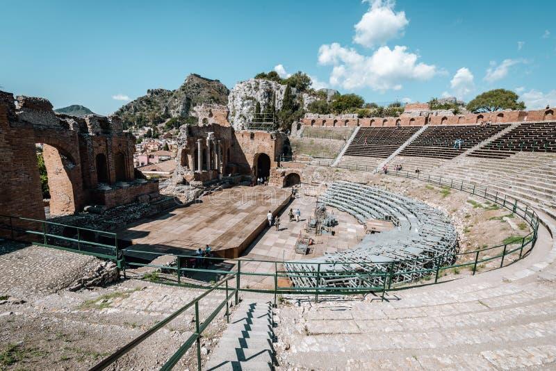 TAORMINA, SICÍLIA/ITÁLIA - 30 DE SETEMBRO DE 2018: Ruínas do teatro do grego clássico na cidade de Taormina fotos de stock