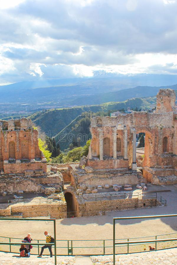 Taormina, Sicilia, Italia - 8 de abril de 2019: Visión que sorprende desde el teatro del griego clásico de Taormina Ruinas de la  foto de archivo libre de regalías