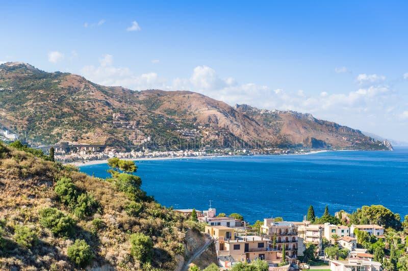 Taormina, Sicilia, vista meravigliosa della spiaggia fotografie stock libere da diritti