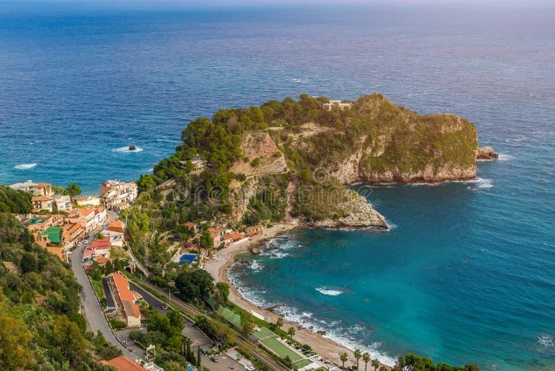 Taormina Sicilien - härlig landskapsikt av Mazzarà ³ arkivbilder