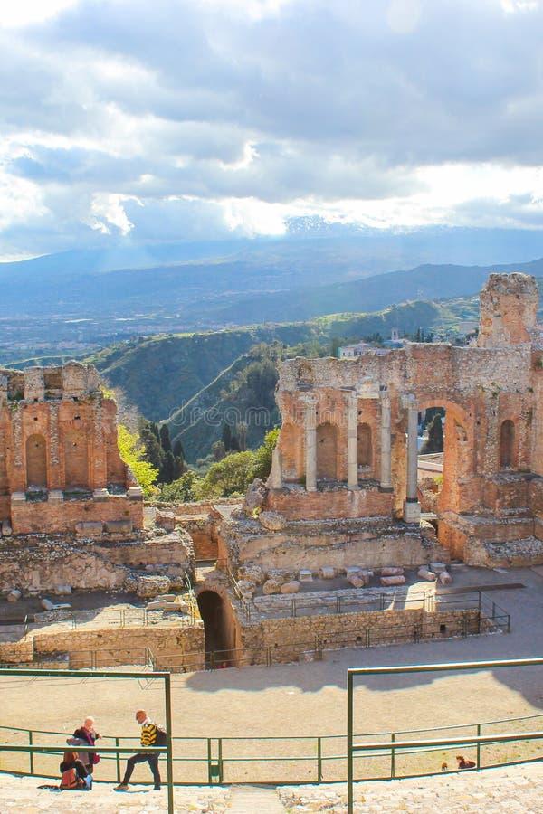 Taormina Sicilien, Italien - April 8th 2019: Förbluffa sikt från gammalgrekiskateater av Taormina Fördärvar av den historiska grä royaltyfri foto