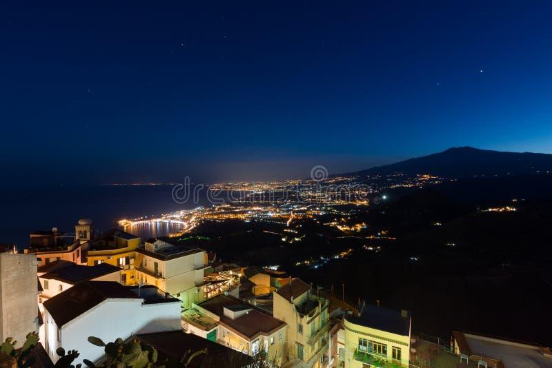 Taorminabaai en Etna Volcano bij schemer van Castelmola wordt gezien die stock afbeeldingen