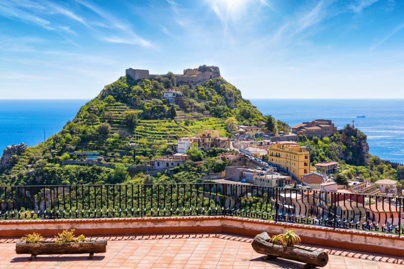Taorminakasteel en weinig kerk van Madonnadella Rocca op groen onderstel op het eiland van Sicilië, Italië royalty-vrije stock foto's