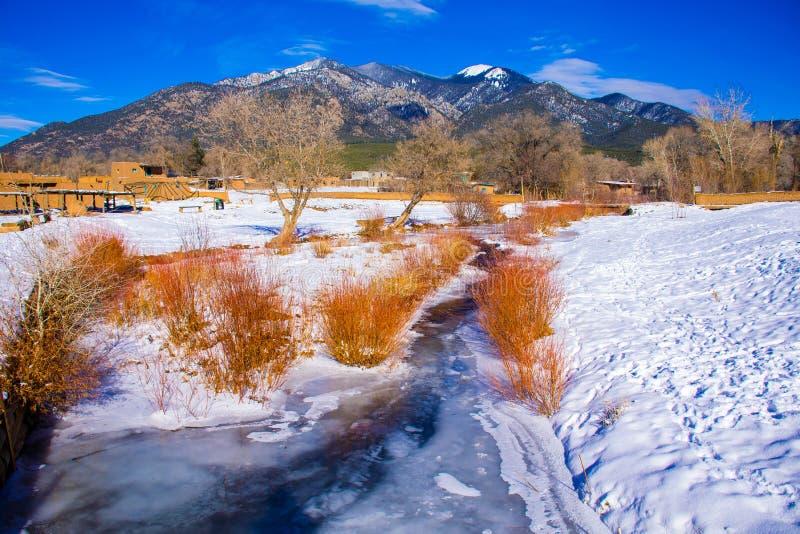 Taos新墨西哥积雪的谷红河MountainScape 库存图片