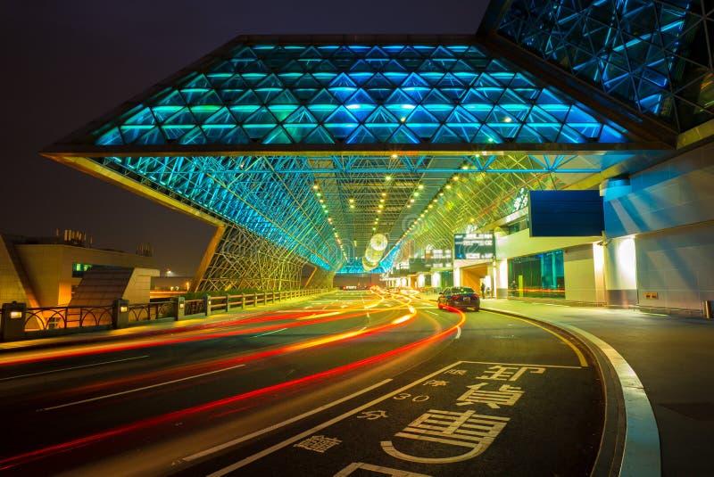 Taoyuan flygplats i taiwan på natten royaltyfri bild