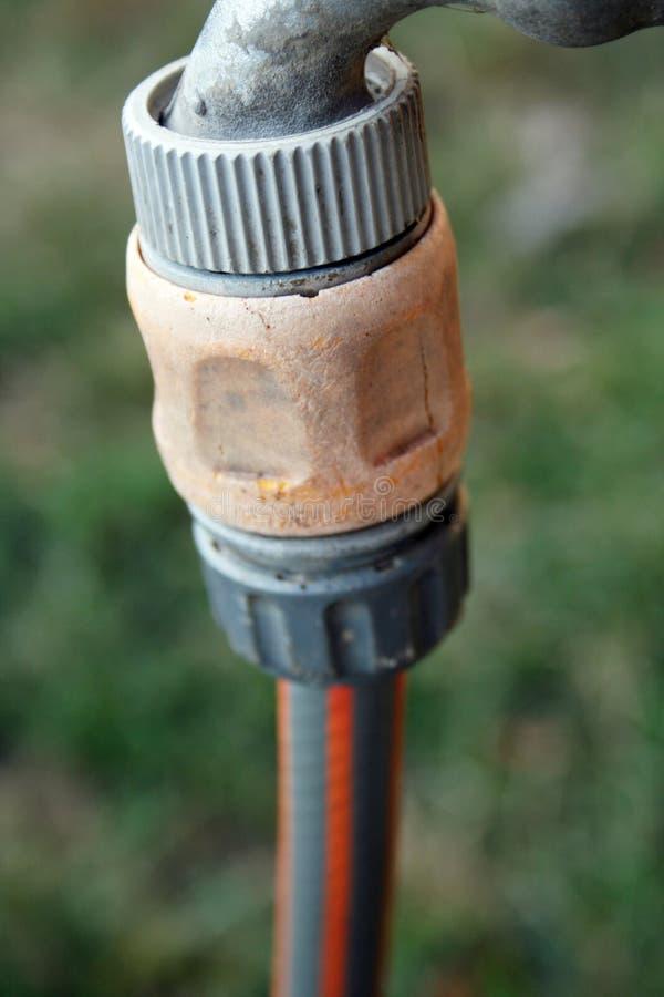 Tapón con conexión del manguito de jardín fotografía de archivo