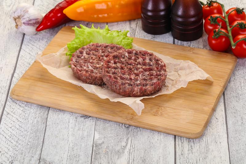 Tapón de la hamburguesa cruda fotografía de archivo