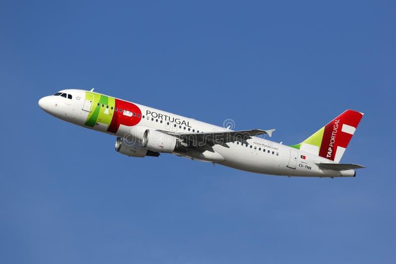 TAP Portugal-Luchtbusa320 vliegtuig royalty-vrije stock foto's