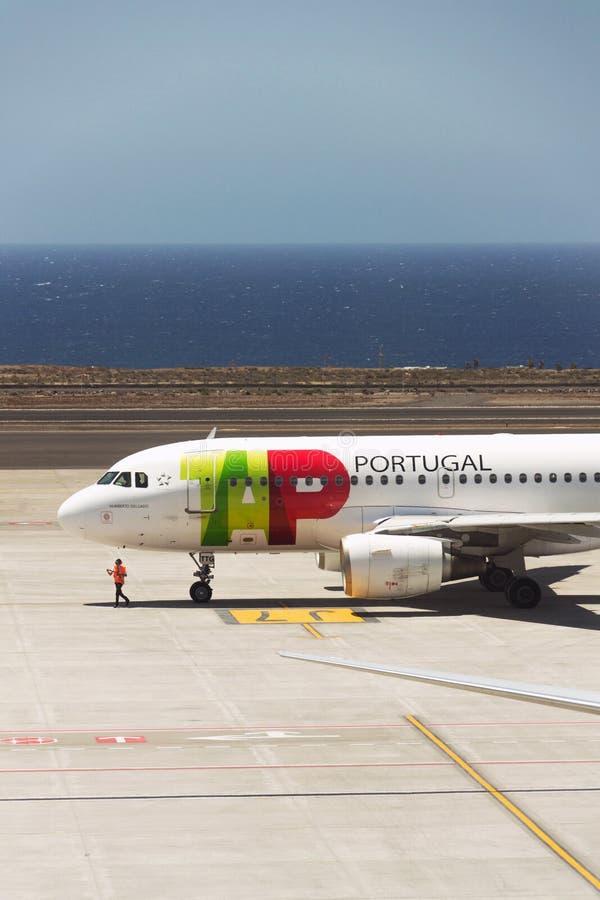 TAP van de de luchtvaartlijnvlag van Luchtportugal het vliegtuig die van de de dragerluchtbus A319 voor vlucht voorbereidingen tr stock foto's