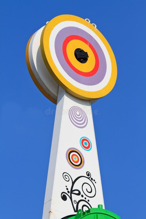 Tapa colorida del carrusel del parque temático fotos de archivo