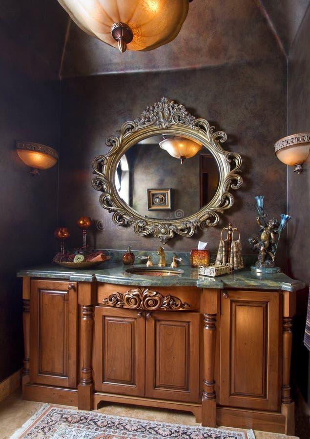 Tapa contraria del fregadero elegante del cuarto de baño fotografía de archivo libre de regalías